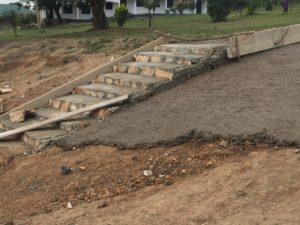 Nieuwe trap en weg op het middenterrein